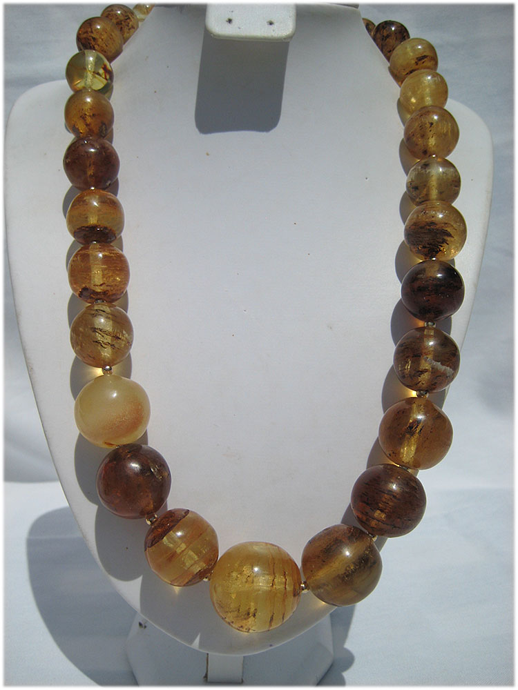 Beautiful amber necklace with 14 carat gold balls and clasp